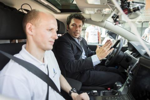 Tinosch Ganjineh, links, Project Leader AutoNOMOS, und Daniel Goehring, Project Leader Self-Driving Cars Intelligent Systems and Robotics Freie Universitaet Berlin, rechts, fahren das selbstfahrende Auto der Swisscom auf einer Probefahrt anlaesslich einer Medienkonferenz am Dienstag, 12. Mai 2015 in Zuerich. Die Swisscom zeigt das erste selbstfahrende Auto auf Schweizer Strassen. Dabei handelt es sich um einen VW Passat, den das deutsche Autonomos Labs mit Sensoren, Computern und Software ausgeruestet. Der Computer faehrt und bremst das Fahrzeug autonom. Er erfasst andere Fahrzeuge und Passanten ueber Laserscanner, Radar und Videokameras. Spezielle Software analysiert die Daten, erkennt Fahrsituationen und gibt Fahrbefehle. Das Auto wird zwei Wochen durch Zuerich kurven. Das Verkehrsdepartement UVEK habe Tests fuer vorgegebene Routen bewilligt.(KEYSTONE/Ennio Leanza)